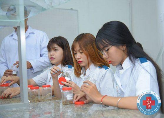 Sinh viên trong phòng thí nghiệm