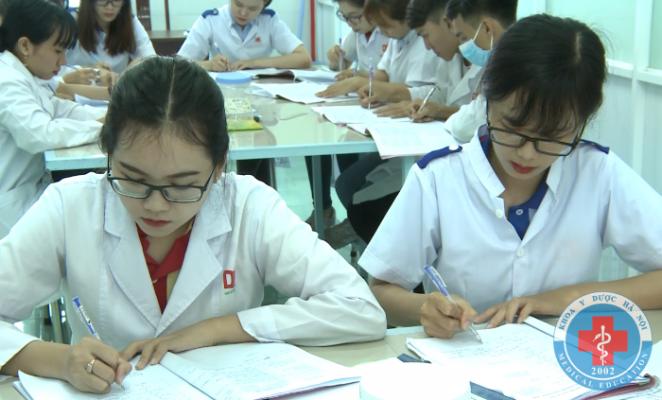 Sinh viên dược trong giờ học