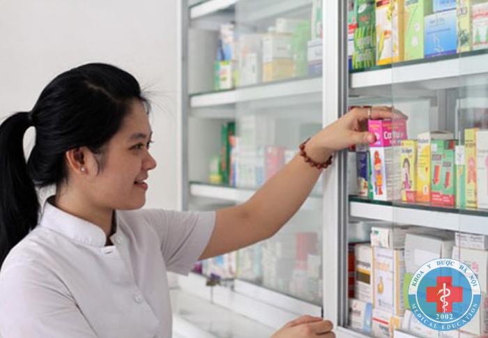 Nữ dược sĩ bán thuốc