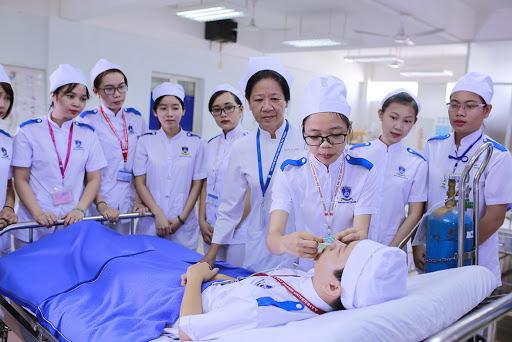 Sinh viên trường Cao đẳng y tế Hưng Yên thực hành trong giờ học